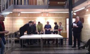 Herr Frank Botter (rechts) verkündet das Ergebnis der Bürgermeisterwahl auf Helgoland